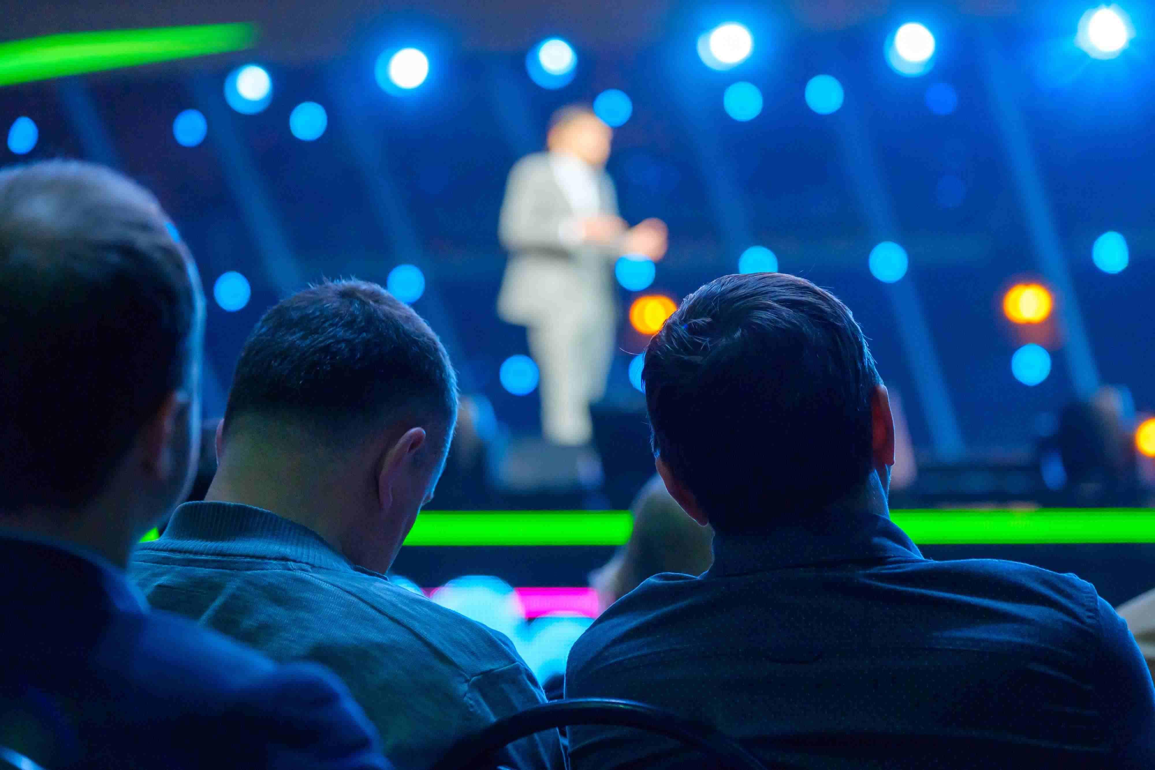 Public vu de dos à une conférence